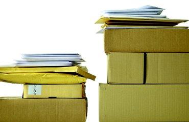 gestapelte Pakete und Briefe